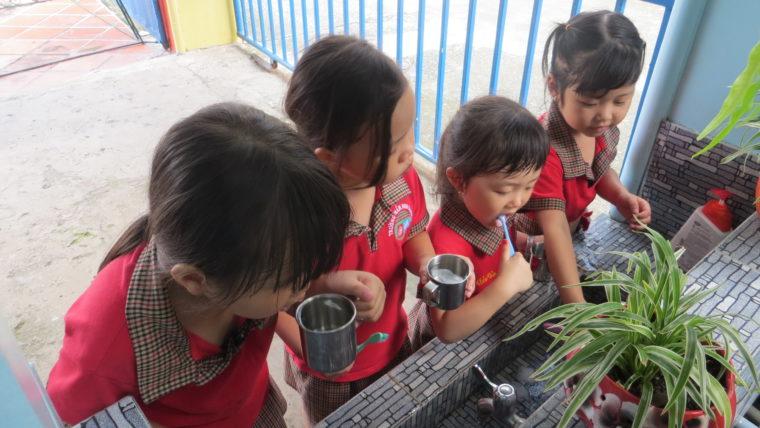 Hướng dẫn chăm sóc vệ sinh răng miệng cho trẻ dưới 3 tuổi.