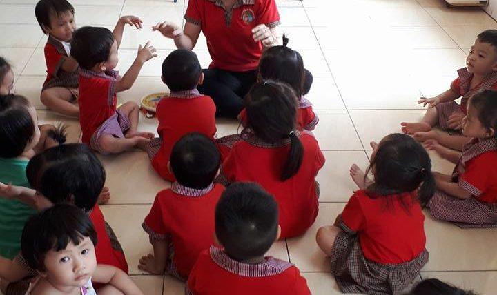 """Tiết học kể chuyện """" Đôi bạn nhỏ"""" lớp nhà trẻ 02"""