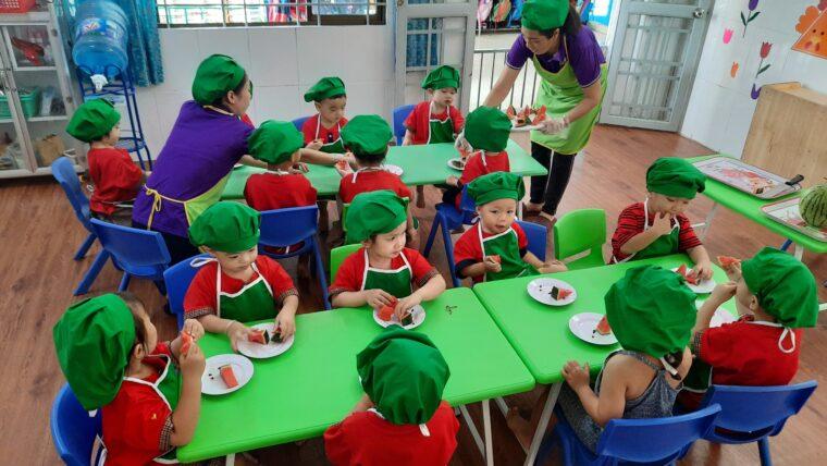 """""""Montessori hiện đại"""" học phí cao chỉ là xếp hình, cắt chuối, xay hạt tiêu…?"""